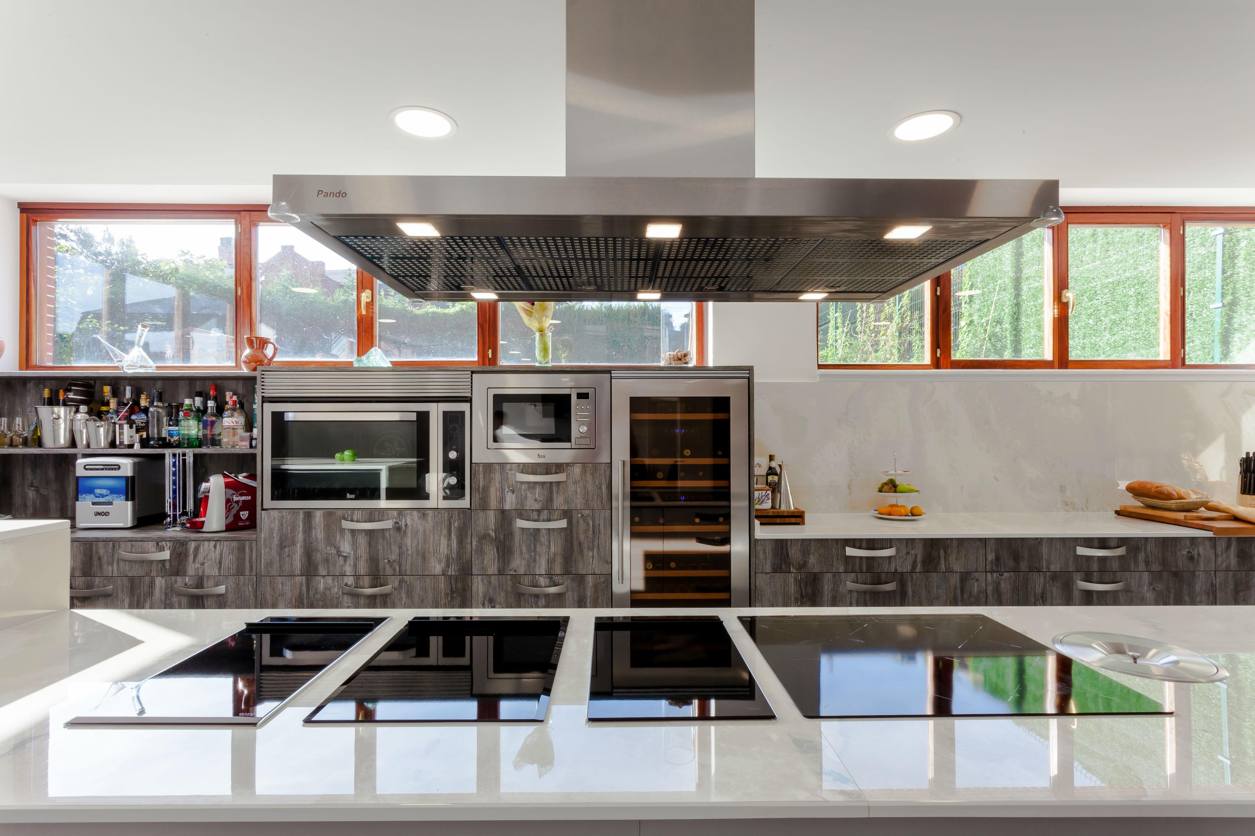 Zona de cocina de un txoko reformado en Algorta.
