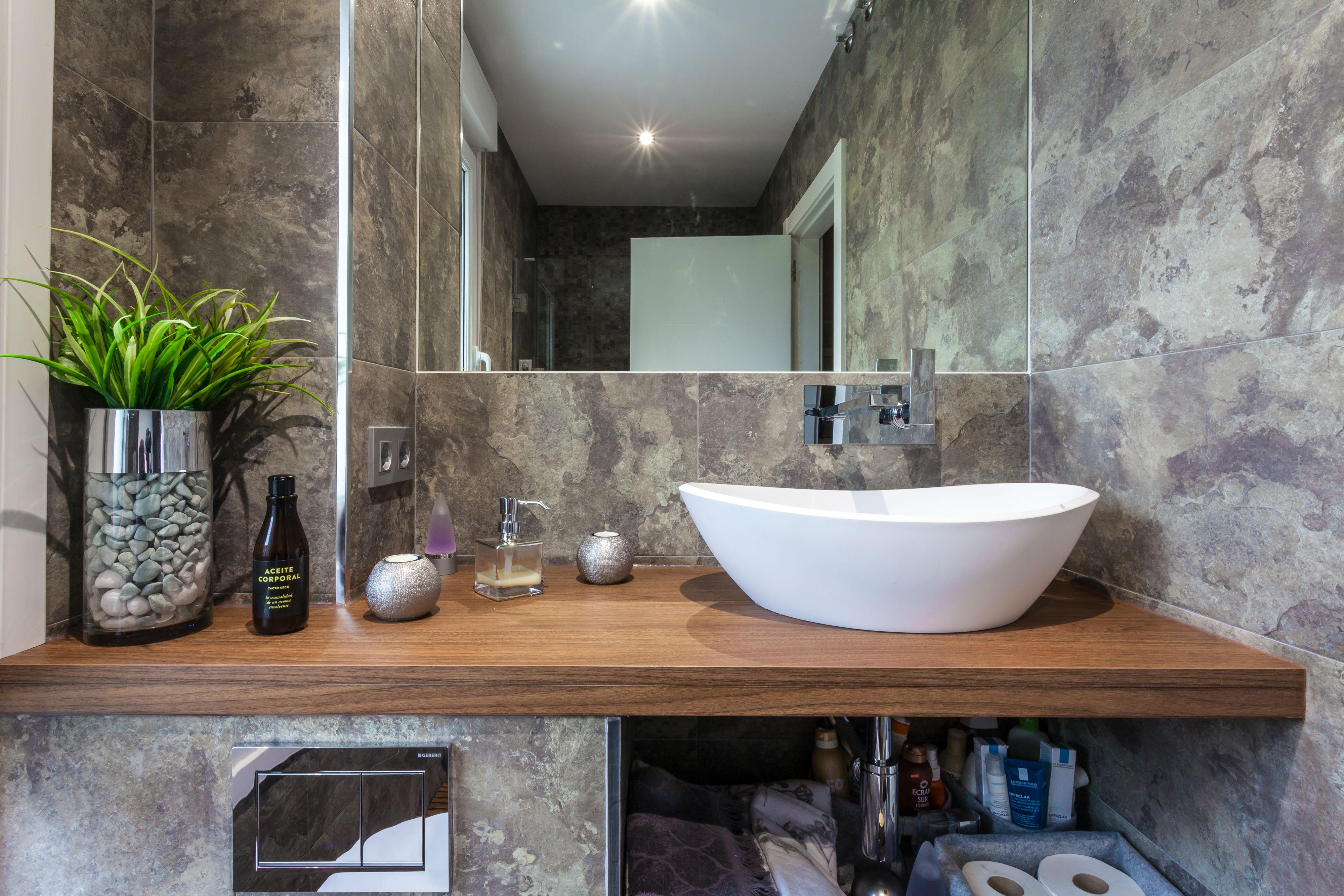 Reforma integral del baño del pasillo en una vivienda bifamiliar ubicada en Galdakao
