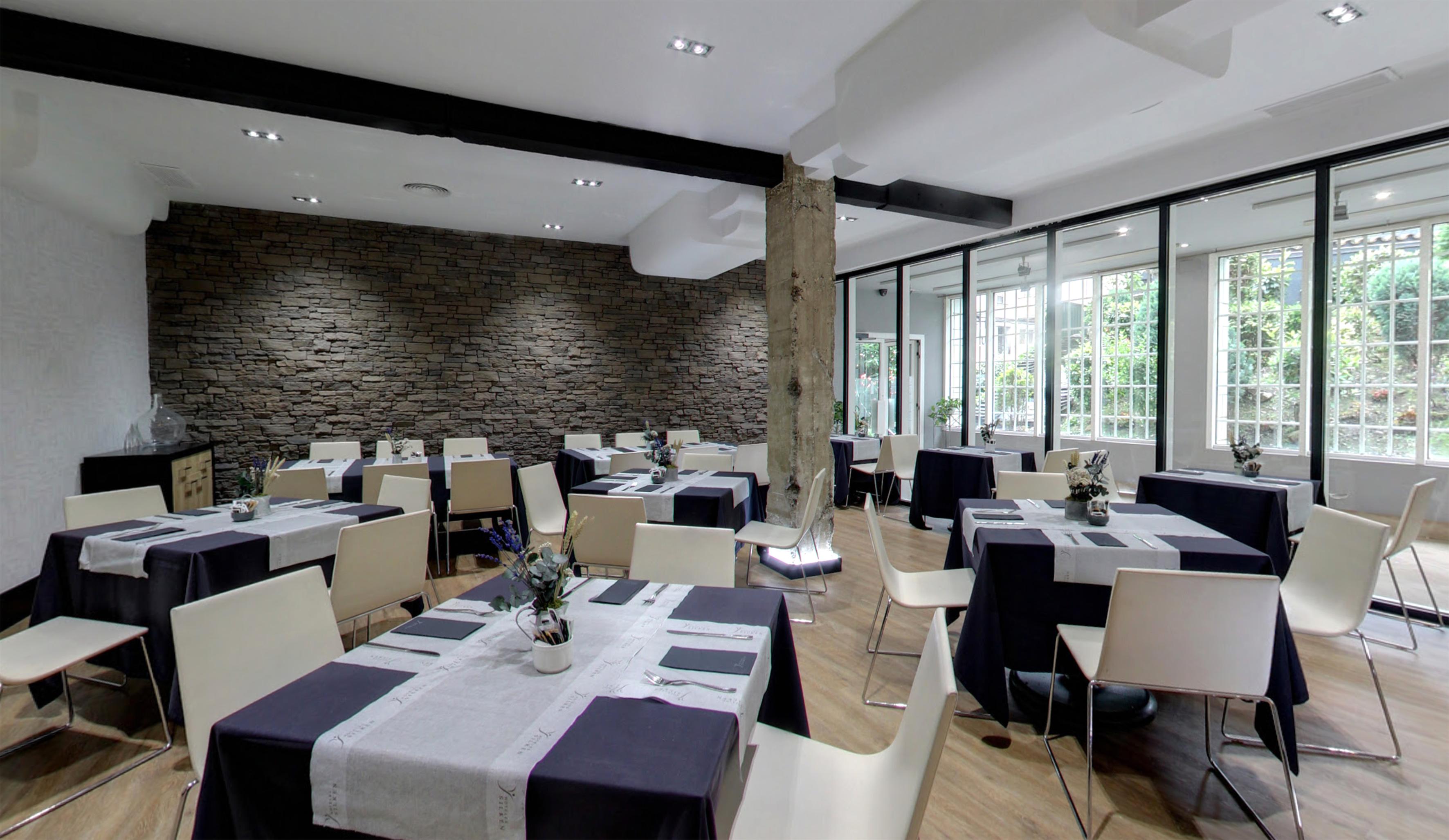Mas luminosidad y una imagen mas moderna a la vez que funcional eran los objetivos que perseguíamos en la reforma del comedor del Hotel Silken Indatuxu en Bilbao